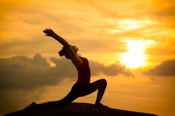 http://enallaktikidrasi.com/2017/03/yoga-poios-einai-katallilos-askithei/
