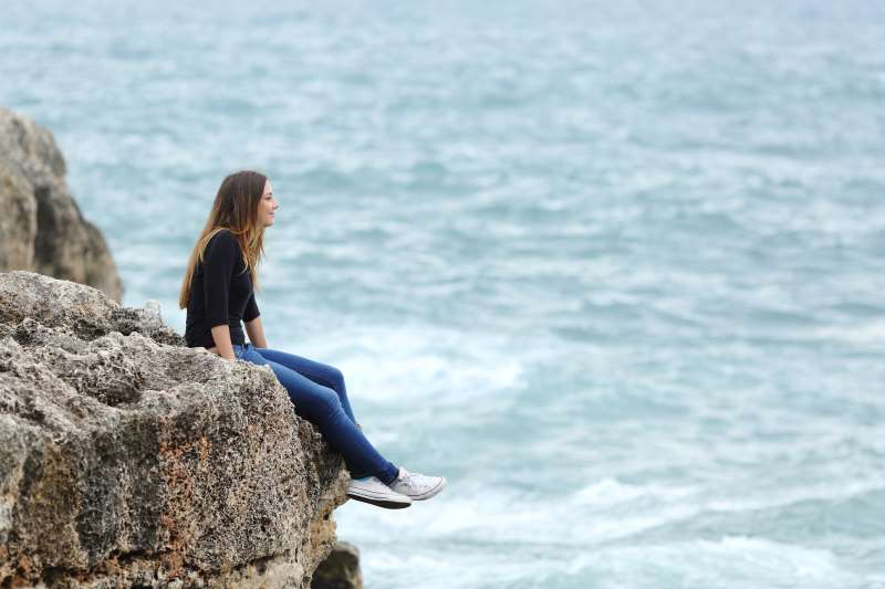γυναίκα ατενίζει τη θάλασσα ουδέτερο