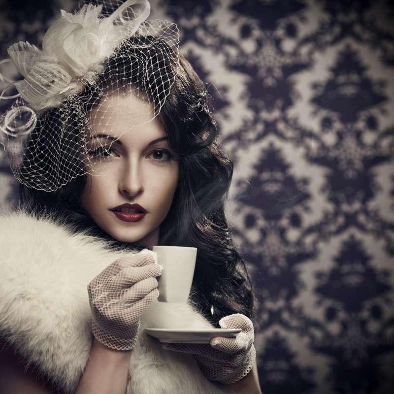 γυναίκα πίνει καφέ τσάι ουδέτερο