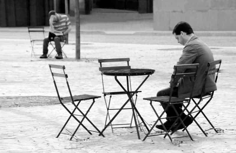 Άνθρωπος που αισθάνεται μοναξιά