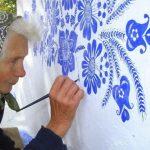 90χρονη γιαγιά μετατρέπει ολόκληρη την πόλη της σε έργο τέχνης!