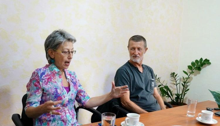 Ο Αλαίν Ρατιέ και η διερμηνέας του, Καρολίνα Στεφανοπούλου, στην Εναλλακτική Δράση