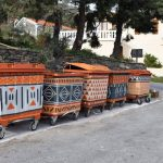 Κάτοικοι της Άνδρου ζωγράφισαν τους κάδους του χωριού τους και άλλαξαν εντελώς την εικόνα του!