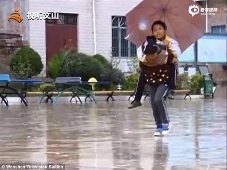Η 9χρονη Κινεζούλα που κάθε μέρα πηγαίνει στο σχολείο τον ανάπηρο αδερφό της