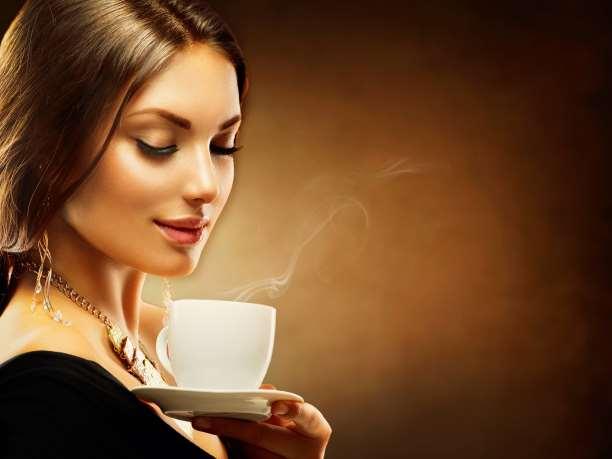 γυναίκα απολαμβάνει καφέ ή ρόφημα η τσάι ουδέτερο