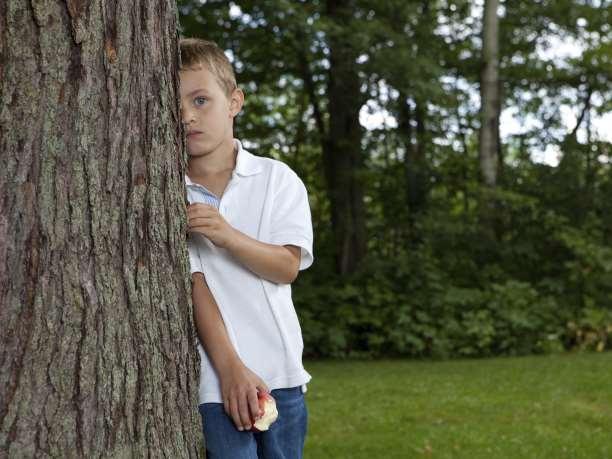 παιδί πίσω από από ένα δέντρο