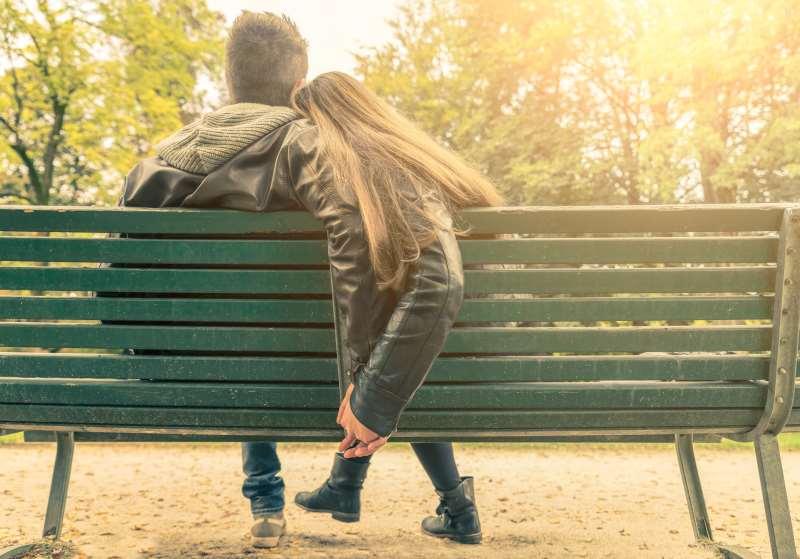 ζευγάρι κάθεται σε ένα παγκάκι