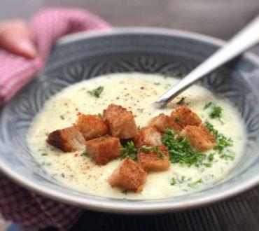 Συνταγή: Απολαυστική σούπα με μήλο, γραβιέρα και σπιτικά κρουτόν