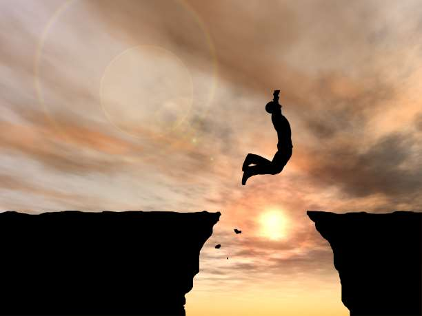 Εικόνα της enallaktikidrasi.com με άντρα που κάνει άλμα για το τεστ που δείχνει πόσο  τολμηρός είσαι