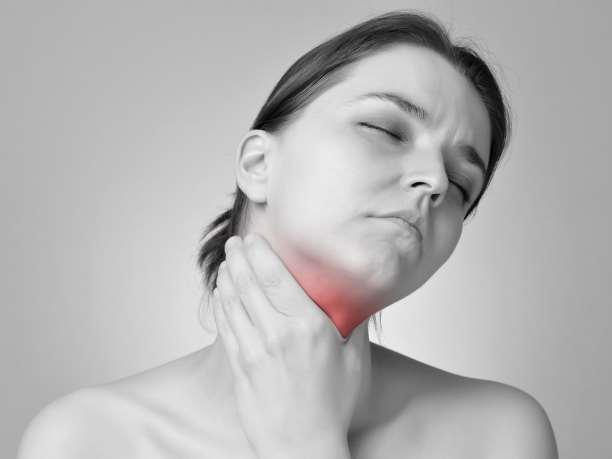 Φωτογραφία μιας γυναίκας με απύρετη αμυγδαλίτιδα για άρθρο της Δρος Αναστασίας Μοσχοβάκη