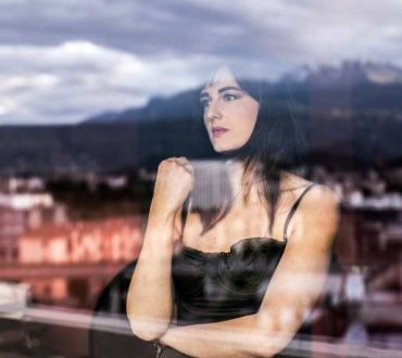 """Εικόνα μιας γυναίκας που ελπίζει για το άρθρο της Μάρης Γαργαλιάνου """"Ελπίδα αυτή η παγίδα"""""""