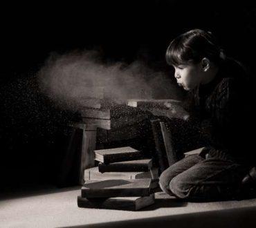 """Εικόνα ενός κοριτσιου που ξεσκονίζει παλιά αντικείμενα για το άρθρο της Αγγελικής Μπολουδάκη """"Ξεφλουδίζοντας το παρελθόν"""""""