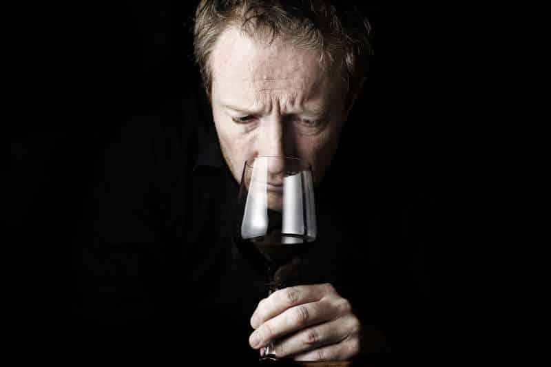 Φωτογραφία ενός εθισμένου άντρα στο αλκοόλ