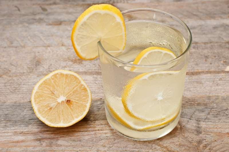 Νερό με λεμόνι: Γιατί πρέπει να το πίνετε κάθε πρωί