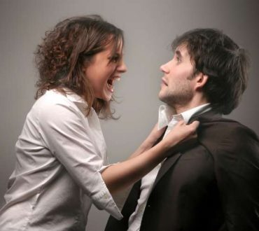 Χειριστικός σύντροφος: 7 σημάδια που δείχνουν ότι προσπαθεί να σας ελέγξει