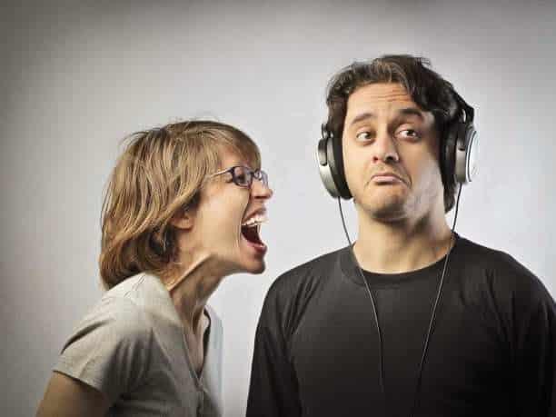 Αν θέλεις να επικοινωνήσεις σταμάτα να γαβγίζεις!