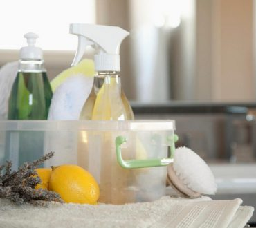 Πώς να φτιάξετε υγρό καθαριστικό για όλες τις επιφάνειες με φυσικά υλικά