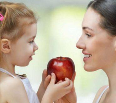 Το κορίτσι και τα δύο μήλα