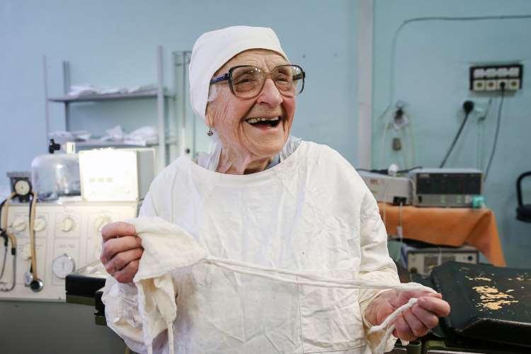 89χρονη γιατρός χειρουργεί 4 φορές τη μέρα και αρνείται να βγει στη σύνταξη!