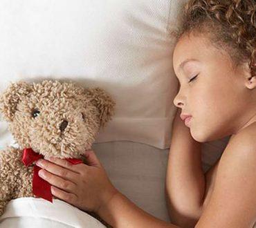 Να φιλάς τα παιδιά σου τα βράδια, ακόμα κι αν κοιμούνται