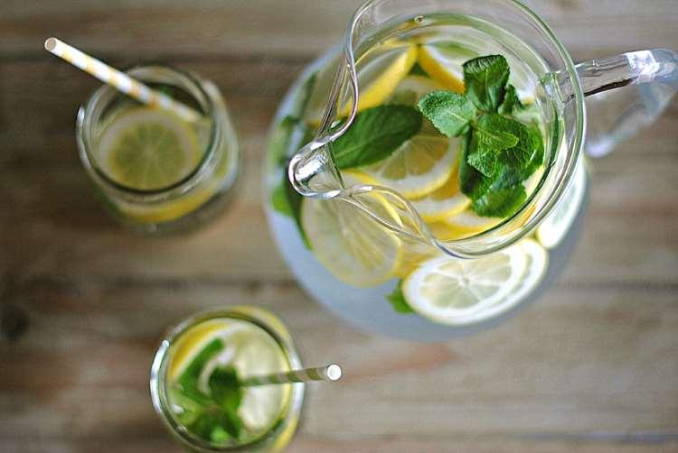 Συνταγή: Αποτοξινωτικό νερό με λεμόνι και μέντα!