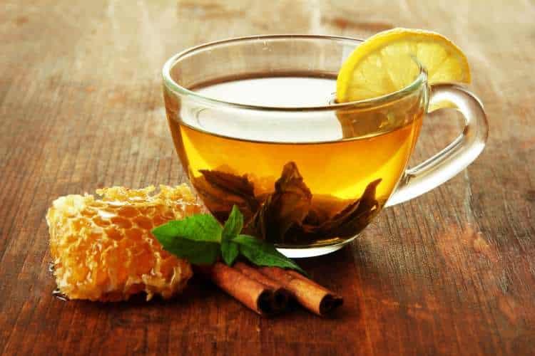 Συνταγή: Ρόφημα με μέλι και κανέλα που βοηθά στην απώλεια βάρους