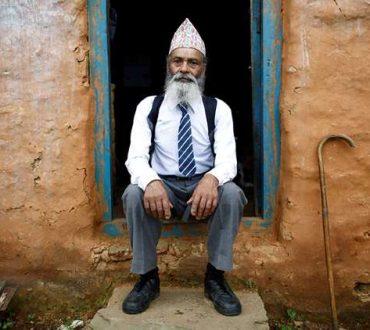 «Έχουμε ανάγκη τη παιδεία»: Η φοβερή ιστορία του 69χρονου μαθητή από το Νεπάλ (Βίντεο)