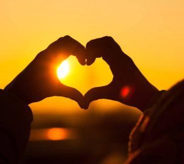 Louise Hay: Πώς να επικοινωνήσετε και να βοηθήσετε την καρδιά σας με τη δύναμη του λόγου!