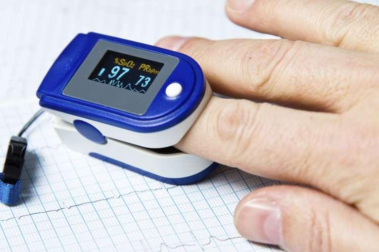 Χαμηλό οξυγόνο στο αίμα: Πώς προκύπτει και πώς βοηθούν τα οξύμετρα οικιακής χρήσης