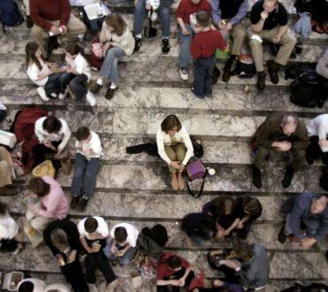 Η χειρότερη μοναξιά είναι όταν περιτριγυρίζεσαι από κόσμο