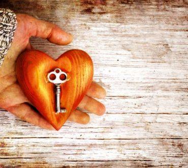 Κρατώντας στο χέρι τα κλειδιά της ευτυχίας