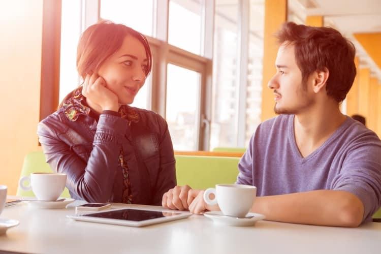 Η «επένδυση» της προσεκτικής ακρόασης (για ζευγάρια και όχι μόνο)