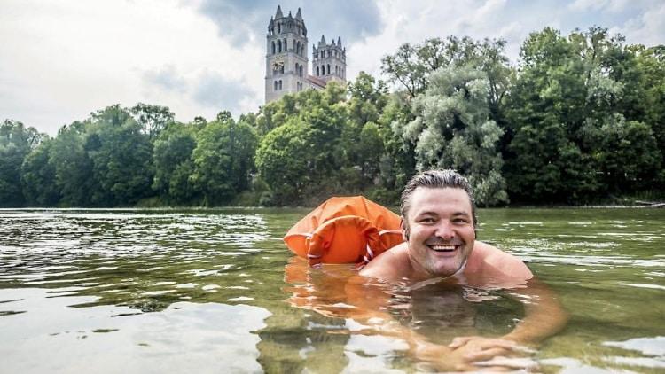 Ο 40χρονος Μπέντζαμιν Ντέιβιντ που πηγαίνει στη δουλειά του καθημερινά κολυμπώντας 2χλ σε ποτάμι