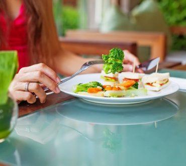 Πώς να εξασκήσετε την ενσυνείδητη διατροφή για υγιέστερη σχέση εγκεφάλου-εντέρου