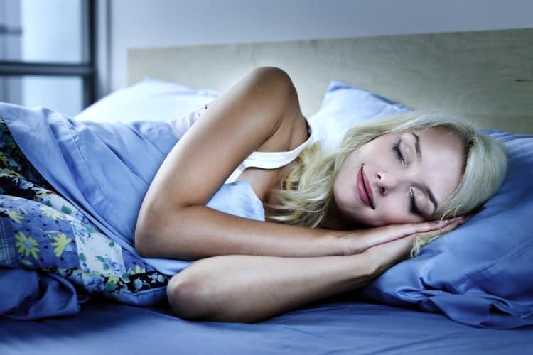 7 αιθέρια έλαια που θα σας βοηθήσουν να κοιμηθείτε (και 3 που χρειάζεται να αποφεύγετε)