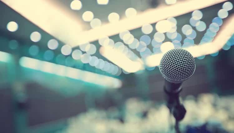 Πώς να ξεπεράσετε τον φόβο της ομιλίας μπροστά σε κοινό