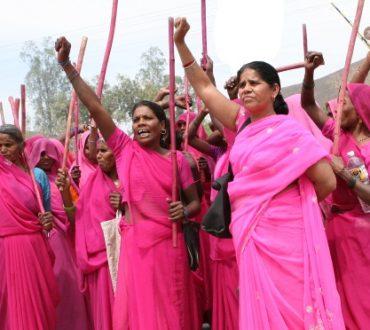 Η Ροζ συμμορία ανασταίνει τα δικαιώματα των γυναικών στην Ινδία