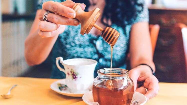 8 πράγματα που θα συμβούν στο σώμα σας αν αρχίσετε να καταναλώνετε μέλι καθημερινά