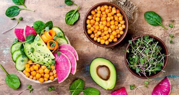 Vegan διατροφή: Τα οφέλη στην υγεία μας, οι κίνδυνοι και ορισμένες συμβουλές για την προετοιμασία των γευμάτων
