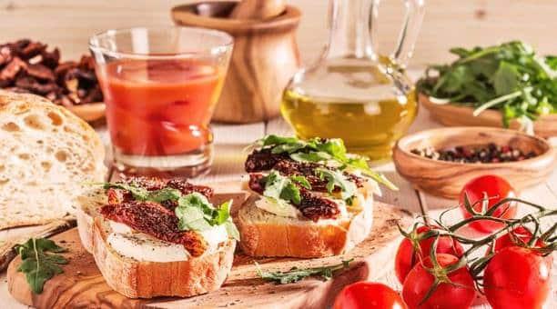 Μεσογειακή διατροφή: Χαρακτηριστικά, οφέλη στην υγεία μας και προτεινόμενα γεύματα
