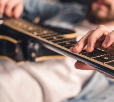 Έρευνα υποστηρίζει ότι ο εγκέφαλος των ατόμων που παίζουν κιθάρα είναι διαφορετικός