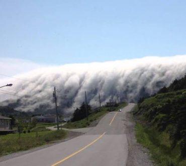 Δέος! «Καταρράκτης» από σύννεφα καλύπτει το δρόμο (βίντεο)