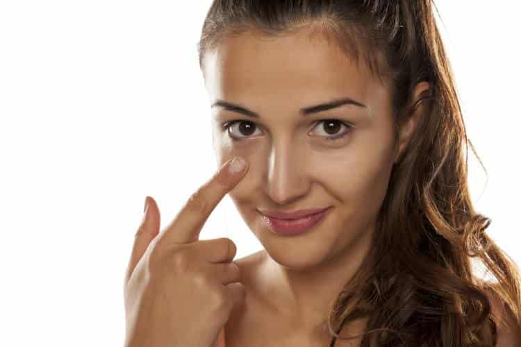 10 φυσικοί τρόποι να ξεφορτωθείτε τους μαύρους κύκλους κάτω από τα μάτια