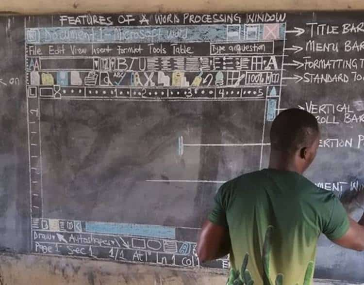 Δάσκαλος στην Γκάνα διδάσκει τους μαθητές του το πρόγραμμα Word ζωγραφισμένο στον μαυροπίνακα!