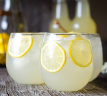 Συνταγή: Πώς να φτιάξετε σπιτική λεμονάδα και να εντυπωσιάσετε τους καλεσμένους σας
