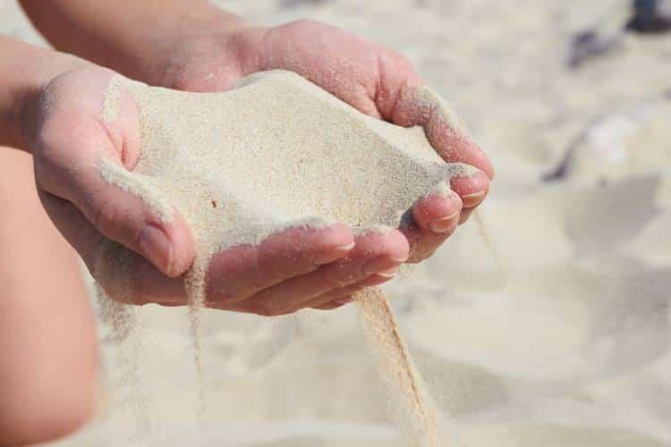 Τα ψέματα είναι σαν την άμμο, ό,τι κι αν στηρίξεις πάνω τους κινδυνεύει να γκρεμιστεί