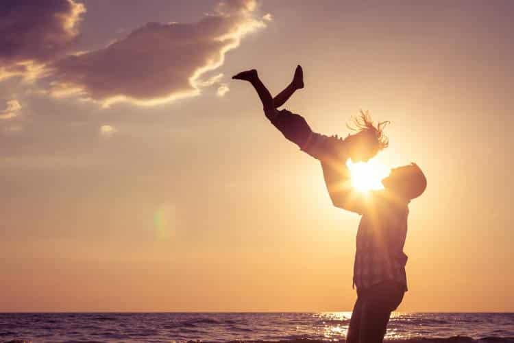 Η «ορμόνη της χαράς» είναι αυτή που δένει τον πατέρα με το παιδί, σύμφωνα με τους επιστήμονες