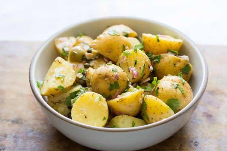 Συνταγή: Μια εύκολη και δροσερή πατατοσαλάτα για να χορτάσετε τρώγοντας ελαφριά!
