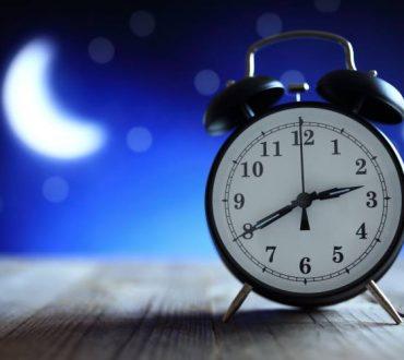 Ξυπνάτε ξαφνικά στη μέση της νύχτας; 8 τρόποι καταπολέμησης της νυχτερινής αφύπνισης