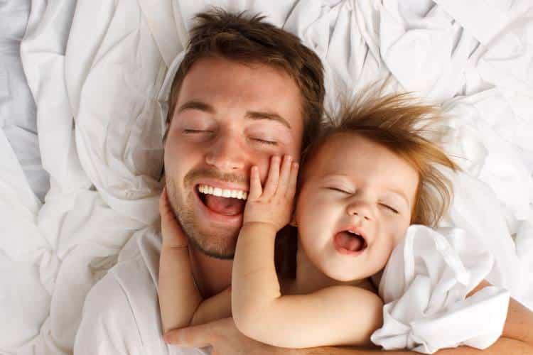 Όσο περισσότερο αγκαλιάζετε το μωρό σας, τόσο εξυπνότερο γίνεται, σύμφωνα με πρόσφατη έρευνα